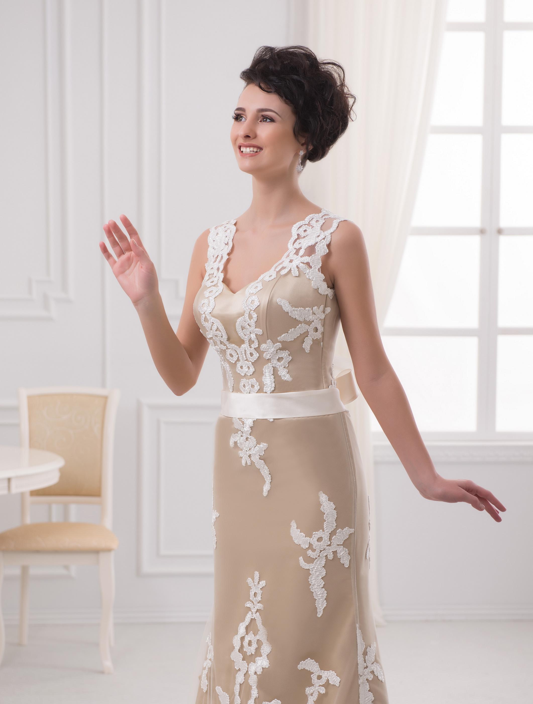 https://voloca-wedding-dresses.com/images/stories/virtuemart/product/VWD_EZ_14_a45.jpg