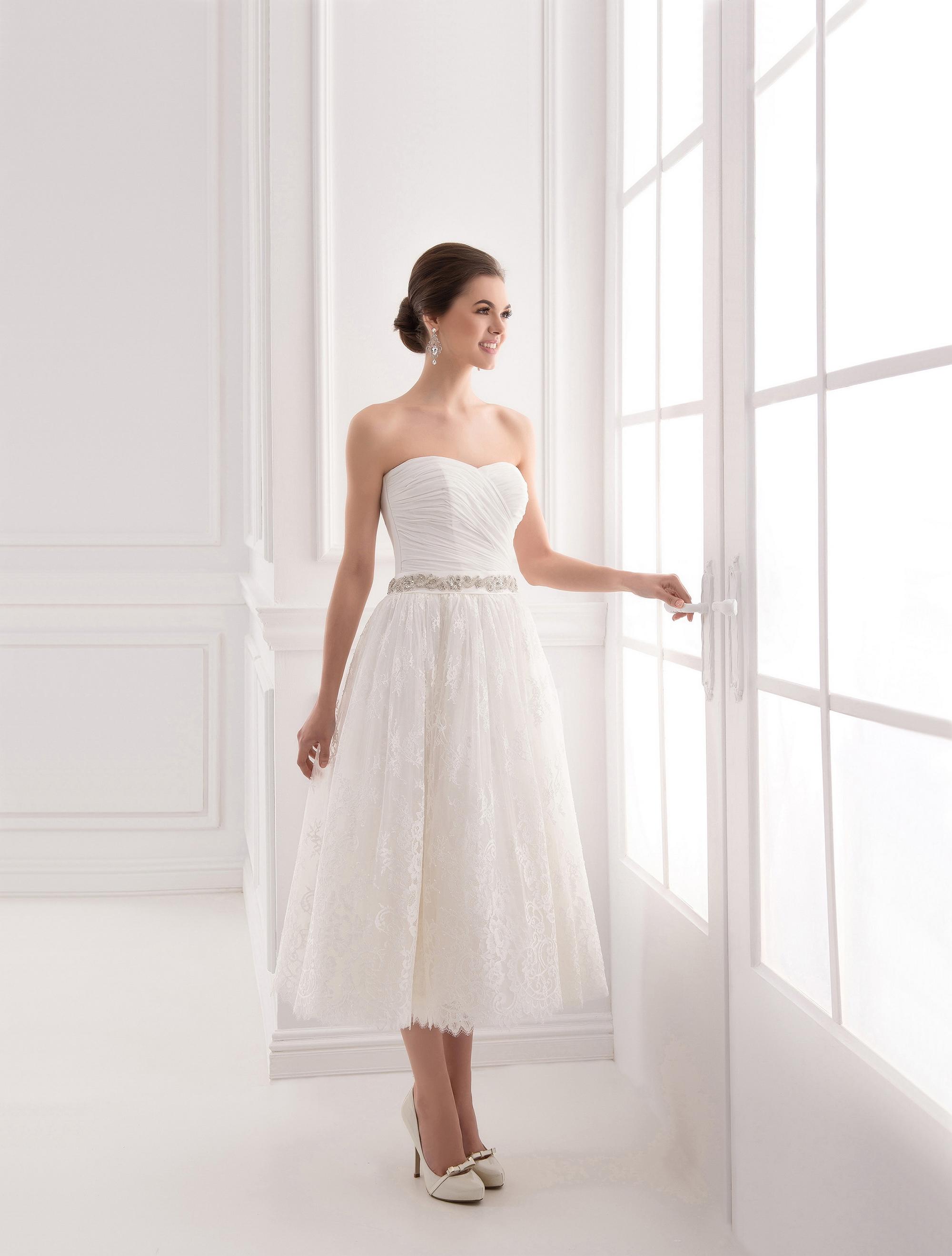 https://voloca-wedding-dresses.com/images/stories/virtuemart/product/VWD_IP_33_a.jpg