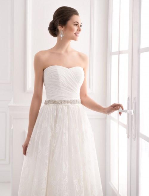 https://voloca-wedding-dresses.com/images/stories/virtuemart/product/VWD_IP_33_b.jpg